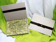 Convite em forma de caixa em tom nude e pétalas de hortênsia.