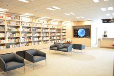 二子玉川に設置されているGoogle EarthとHONZ本棚にd-laboセレクトの本棚