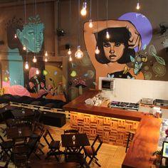 Nutella, paçoquinha, bala de goma, chocolate em barra. No bar Fábrica Drinks, inaugurado em agosto dentro do espaço multicultural Fábrica, na rua Augusta, os drinques alguns deles com esses doces chamam a atenção.Com paredes grafitadas, mesas de madeira e música bem animada ao fundo, o