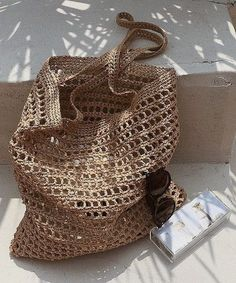 Keeping cool in the shade 😎 via Picture shared by our friend Use the tag to shoutout your work Don't… Love Crochet, Double Crochet, Knit Crochet, Crochet Clutch, Crochet Handbags, My Bags, Purses And Bags, Love Knitting, Crochet Shoulder Bags