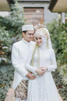 Couple Wedding Dress, Wedding Couples, Wedding Bride, Bali Wedding, Muslim Wedding Gown, Muslimah Wedding Dress, Javanese Wedding, Indonesian Wedding, Pre Wedding Poses