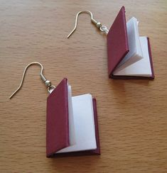 How to Make Book Earrings. Book earrings make a great gift for anyone who loves to read, including yourself. You can make your own in a matter of hours and express your status as a bookworm or your belief in literacy. Use this step-by-step. Cute Jewelry, Jewelry Crafts, Jewelry Accessories, Do It Yourself Jewelry, Diy Inspiration, Earring Tutorial, Diy Schmuck, Bijoux Diy, Cute Earrings