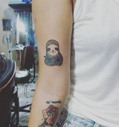 """85 curtidas, 1 comentários - Hiasmyn L. (@hiasmynl.ilustras) no Instagram: """"Uma preguiça marota e armada no bracinho da Bruna Gomes.  Miga, que desenho fofo que a senhora…"""""""