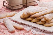 SAVOIARDI sono biscotti tra i più semplici e versatili, composti da un impasto spumoso (dovuto agli albumi montati a neve) che una volta cotto risulta morbido, leggero e gonfio, ideale per essere inzuppato o impiegato al posto del pan di spagna: la forma del savoiardo, oblunga e smussata, ricorda un grosso dito, per questo motivo in inglese questo biscotto viene chiamato lady finger, cioè dito di dama. I savoiardi sono molto apprezzati e utilizzati in pasticceria, per realizzare molteplici…