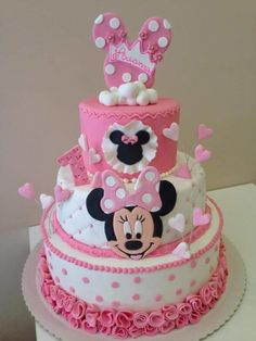 three tier cake, pink and white fondant, easy minnie mouse cake, pink frosting Minnie Mouse Cake Design, Minni Mouse Cake, Bolo Da Minnie Mouse, Minnie Mouse Birthday Cakes, Minnie Cake, Minnie Mouse Baby Shower, Mickey Cakes, Minnie Mouse Theme Party, Mickey Birthday