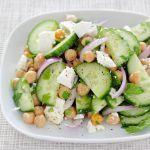 Ein Salat, der schnell zubereitet ist und sowohl als Vorspeise als auch als Beilage zu Gegrilltem serviert werden kann. Kichererbsen-Salat mit Feta Vorbereitung: 15 minKochen: 1 minGesamt: 16 minPortionen: 2Schwierigkeit: EinfachArt: Vorspeise Zutaten: 200g Kichererbsen (aus der Dose) 0,5 rote Zwiebel 0,25 Salatgurke 3 Zweige Blattpetersilie 5 Blätter Basilikum 50g Feta 1 EL Rotweinessig 1Mehr