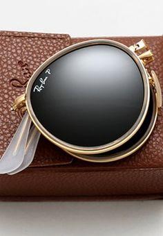 Retro e intemporal, a Ray-Ban modernizou um dos seus mais populares óculos de sol, com novas lentes e uma armação dobrável.