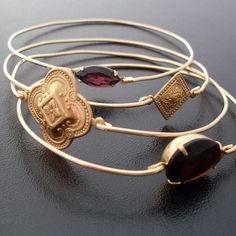 Hier ist das ultimate Set von 4 Armreifen. Es besteht aus einem Armband mit braunem bernsteinfarbenem Tropfen, einem mit dunkel lila Strassstein, u...