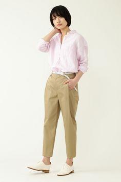 淡いピンクのシャツとチノパンの優しいカラー同士のコーディネート。小物を白でまとめれば、きちんと感とやわらかさを兼ね備えた大人可愛い雰囲気に。