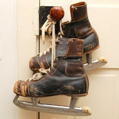 Amazing old rugged ice hockey skates. 42$ on Etsy.com