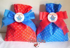 Mais uma novidade para o tema Galinha Pintadinha!  Sacola de tnt poá vermelho e poá branco e laço azul personalizado, e sacola azul e po...