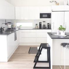 Keittiön yksinkertainen pohja tarjoaa runsaasti tilaa muuoksille, jolloin pienetkin vaihtelut sisustuksessa nousevat hyvin esiin.