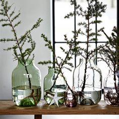 Je schlichter das Design, desto mehr Raum für Fantasie bleibt, um Ihr eigenes Deko-Highlight zu schaffen. Die Vase macht da keine Ausnahme. Wilde Äste im zarten grauen Glas machen sich zum Beispiel gut. Und wenn es ein bisschen bunter sein darf, fügen Sie noch ein paar blühende Akzente hinzu. Die Vase jedenfalls macht alles mit und setzt ihrer Vorstellungskraft keine Grenzen.