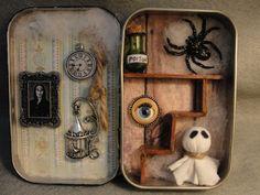 Haunted House Halloween Decorated Altoid Tin Shadow by Apensons Halloween Shadow Box, Spirit Halloween, Halloween Cards, Halloween Diy, Altered Tins, Matchbox Crafts, Adornos Halloween, Mint Tins, Tutorials