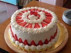 Torta decorata con panna e fragole