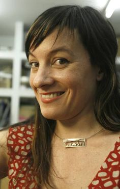 Lara Casanovas porta el collar de su creación.