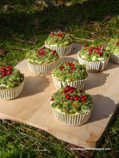 """Muffinki """"Leśny mech"""" Healthy Desserts, Delicious Desserts, Cat Cafe, Polish Recipes, Polish Food, Brownie Recipes, No Bake Cake, Catering, Food And Drink"""