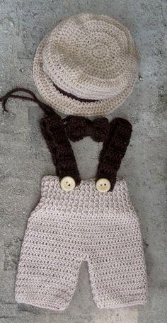 Conjunto confeccionado em crochê. composição - calça curta com suspensório, gravatinha e chapéu. cor - bege e marrom tamanhos - 0 a 3 / 3 a 6 / 6 a 9 / 9 a 12 meses. frete por conta do comprador. R$ 99,90