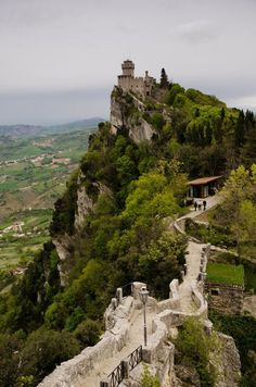 Caminho para a primeira torre, a Fortaleza Guaita ou Rocca no Monte Titano, na República Sereníssima de San Marino.  Fonte: www.99traveltips.com  https://www.epochtimes.com.br/trilhas-mundo-tirar-folego/#.WOBj1lXyvIV