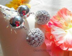Orecchini a pallina all'uncinetto  grigio chiaro  di CREATIVISSIME su DaWanda.com