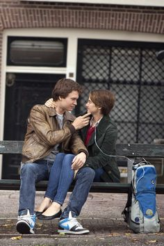 Based on the bestselling novel by John Green, The Fault in Our Stars tells the story of seventeen year old Hazel Grace Lancaster (Shailene Woodley), who is battling cancer and can only breathe with. Augustus Waters, Hazel Et Augustus, Ansel Elgort, Shailene Woodley, The Fault In Our Stars, Sad Movies, Movie Tv, Movies 2014, Movie Props