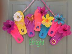 Flip-Flop Welcome Wreath - Festa estiva Wreath Crafts, Diy Wreath, Diy Crafts, Wreath Ideas, Creative Crafts, Summer Crafts, Crafts For Kids, Arts And Crafts, Adult Crafts