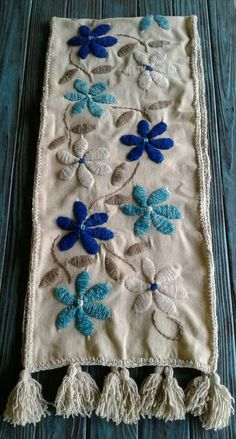 Hand Embroidery Videos, Hand Work Embroidery, Flower Embroidery Designs, Simple Embroidery, Hand Embroidery Stitches, Cross Stitch Embroidery, Embroidery Patterns, Embroidered Bedding, Mexican Embroidery