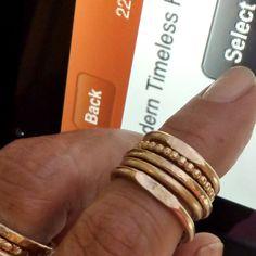 Fünf goldene Ringe - Ringe-Set 10mm Wide - Trauringe - Perlen Ring - Siegelring - gepunktete Stapeln gehämmert Band Ring  Gold gefüllt: 12 Ga
