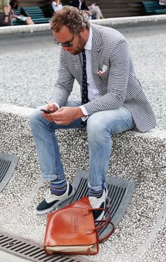 Modern, urban look wit classic, white cotton shirt. Bravo!