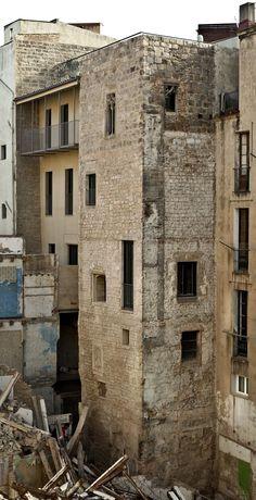 El monumento más grande de Barcelona, la muralla romana construida hace casi 20 siglos, recupera 22 metros de su imponente perímetro fortificado. Tras derribar dos edificios que la ocultaban,