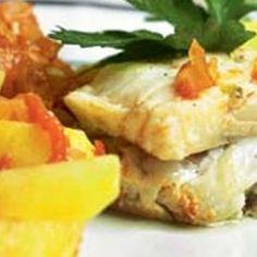 Fisk bagt med tomat og kartofler opskrift