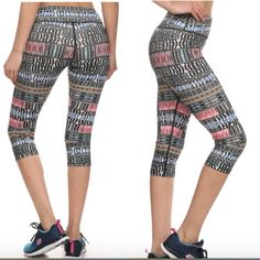 Pattern activewear with hidden waist pocket Resigned with an exercise-friendly fit.moisture-wicking fabric. Flat Seam and four-way stretch  .Model a size s on the picture and wearing s. Pants Leggings