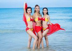 """Ở tập 4 ''The Face '', thử thách chụp ảnh cùng Bikini Vietjet tại bãi biển Nha Trang đã khiến """"cuộc đua"""" của 3 huấn luyện viên xinh đẹp trở nên kịch tính và hấp dẫn hơn bao giờ hết. An Nguy của đội Phạm Hương, Mai Ngô của đội Lan Khuê gây bất ngờ khi là một trong 2 thí sinh rơi vào vòng nguy hiểm."""