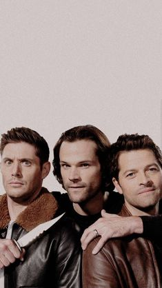 Jensen Ackles (Dean Winchester), Jared Padalecki (Sam Winchester), and Misha Collins (Castiel) from Supernatural Supernatural Imagines, Supernatural Fandom, Castiel, Wallpapers Supernatural, Supernatural Series, Supernatural Bloopers, Supernatural Pictures, Supernatural Fanfiction, Sam Winchester