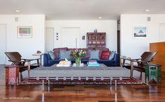 Sala de estar ampla com uma mistura de móveis assinados e peças étnicas.
