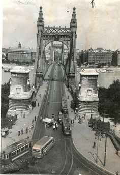 Amazing Vintage Pictures Show the Change of the Elisabeth Bridge in Budapest Before World War II Vintage Pictures, Old Pictures, Old Photos, Budapest City, Budapest Hungary, Eastern Europe, Tower Bridge, Historical Photos, Picture Show