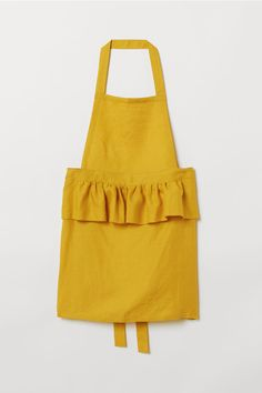 Apron in washed, woven linen fabric. Wide flounce at front and ties at waist. World Of Fashion, Fashion News, Fashion Online, Kids Fashion, Gardening Apron, Aprons For Men, H&m Home, Linen Apron, Apron Designs