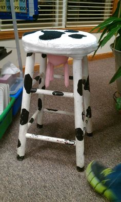 i have a stool like this my late friend myra Fischer saw in a shop and said I HAD to have it and she bought it and mailed it to me. I cherish that stool. Awesome Woodworking Ideas, Best Woodworking Tools, Woodworking Organization, Woodworking For Kids, Cool Woodworking Projects, Woodworking Joints, Woodworking Furniture, Woodworking Patterns, Woodworking Supplies