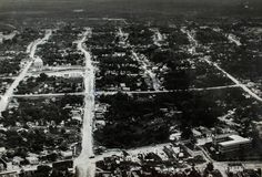 Vista aérea de Manaus, onde se vê parte dos atuais bairros do Centro (abaixo) e Praça 14 (acima). 1958. Manaus. Acervo: Moacir Andrade.