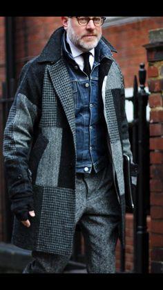pantaloni gri tweed sau gri cu bretele, ghete bot patrat sau Camper, haina gri sau bleumarin marinareasca