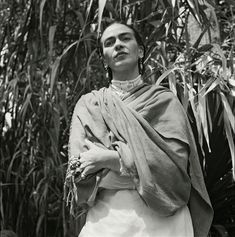 In German-born French photographer Gisèle Freund spent two years documenting Frida Kahlo and husband Diego Rivera in La Casa Azul. Diego Rivera, Frida E Diego, Frida Art, Rare Images, Rare Photos, French Photographers, Portrait Photographers, Black White Photos, Black And White