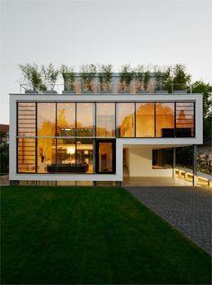 Alçado: Estrutura metálica preta que suporta o vidro, enquadrada numa linha branca em torno de todo o alçado / Cobertura acessível
