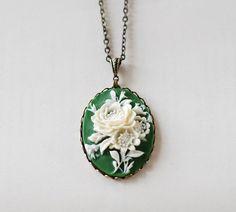 Elfenbein Blumen grün Anhänger Halskette. Vintage Stil von LeChaim, $24.00