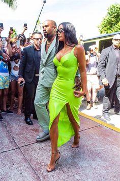 Estilo Kardashian, Kourtney Kardashian, Kim Kardashian Wedding, Kardashian Style, Sexy Dresses, Vestidos Neon, Summer Wedding Outfits, Outfit Summer, Trendy Wedding