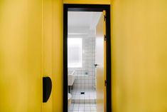 De baños con aires midcentury y un pasillo genial Bathroom Lighting, Mirror, Storage, Furniture, Bauhaus, Home Decor, Doors, Ideas, Moldings