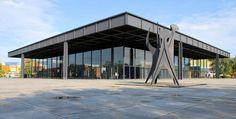 Neue Nationalgalerie (Berlín) 1968, es un museo cultural, principalmente dedicado al arte del siglo XX, con particular énfasis en el expresionismo, cubismo y Bauhaus.