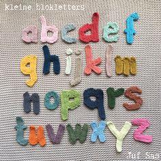 Kleine blokletters handmade by juf Sas met gratis patroon Crochet Dragon, Crochet Bunny, Crochet Home, Diy Crochet, Flamingo Pattern, Snoopy The Dog, Pretty In Pink, Baby Hoodie, Crochet Letters
