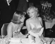 MARILYN MONROE Chatting at Dinner Candid Rare 8x10 Photo (34-12)