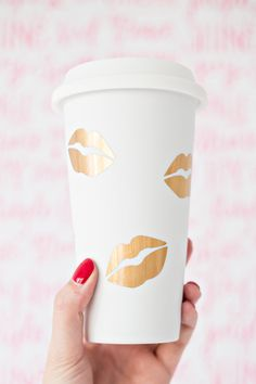 Travel Diy Gifts Coffee Cups 21 Ideas For 2019 Diy Mothers Day Gifts, Diy Gifts, Coffee To Go Becher, Cute Cups, Gold Diy, Mother's Day Diy, Vinyl Projects, Diy Christmas Gifts, Girly Things