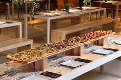 La primera pizzería gourmet de Europa que sirve pizza de dos metros, ¡Y se encuentra en Madrid! Pizzeria Design, Pizza Branding, Pizza Restaurant, Restaurant Ideas, Gormet Pizza, Giant Pizza, Pizza Pizza, Pizza Party, Pizza Project